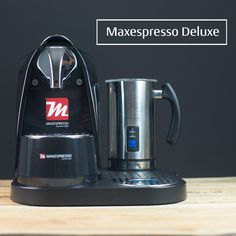 Incluye una máquina Maxespresso Classic automática y un vaporizador de leche Maxespresso Creamer en una bandeja especial  Includes an automatic Maxespresso Classic machine and Maxespresso Creamer milk vaporizer in a special tray