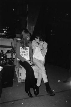 Françoise Hardy and Bob Dylan by Giancarlo Botti backstage at the Olympia, Paris, 24 May 1966 Bob Dylan, Francoise Hardy, Ali Mcgraw, Blowin' In The Wind, Beatnik, Music Magazines, Paul Mccartney, John Lennon, Anos 60