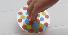 Bricolage enfant : fabriquer une toupie pour jouer avec les mélanges de couleurs | Mes Petits Bonheurs Easy Crafts For Kids, Diy For Kids, Cd Crafts, Spinning Top, Reggio Emilia, Jouer, Fascinator, Activities For Kids, Recycling