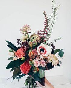 This bouquet is gorgeous 😍😍 Arte Floral, Deco Floral, Flower Power, My Flower, Flower Types, Flower Colors, Green Colors, Floral Wedding, Wedding Bouquets