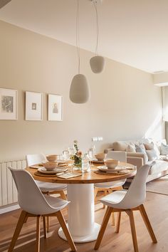 Mesas de comedor redondas versus de líneas rectas Small and modern dining room with round table and chairs inspired by white and wooden decoration icons Dining Room Design, Interior Design Living Room, Home Living Room, Living Room Decor, Beautiful Dining Rooms, Home Decor Inspiration, Feng Shui, Pintura Interior, Sweet