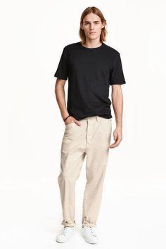 ルーズフィットパンツ: 織物素材のルーズフィットパンツ。やや股の位置が低いロークロッチタイプ。コインポケット1つとサイドポケット付き。バックポケット付き。ストレートレッグ。