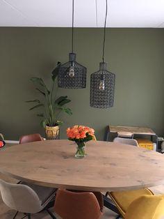 WOONLOODZ - Deze stoere eiken ovalen eettafel is gecombineerd met de toffe stoelen van Woonloodz in cognac leer, okergeel en zandbruin. De kleur op de muur is de stoere Woonloodz kleur en de hanglampen vindt je ook bij ons! Kom langs of check onze website! Green Interior Design, Interior Design Living Room, Salon Interior Design, Paint Colors For Living Room, Paint Colors For Home, Round Table And Chairs, Student House, Green Home Decor, Kitchen Design