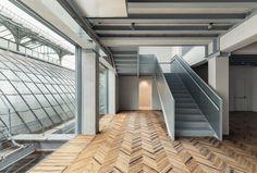 Nella Galleria Vittorio Emanuele II di Milano la Fondazione Prada ha creato il suo terzo spazio espositivo dedicato a uno dei linguaggi cruciali della comunicazione contemporanea, l'Osservatorio Prada.