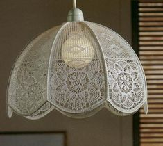 Translate maybe? Inspiration at the least ***** Crochet lampshade. Lampe Crochet, Crochet Lampshade, Crochet Home, Free Crochet, Shabby Chic Lamps, Vintage Crochet Patterns, Crochet Decoration, Textile Fiber Art, Curtain Patterns