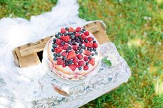 Fruchtiger Naked Cake als Hochzeitstorte mit Beeren Mix.