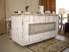 comptoir en bois recyclé, style shabby, meuble bar en lattes peintes blanches