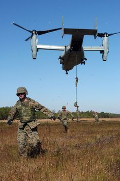 US_Navy_041106-M-0000X-001_U.S._Marines_assigned_to_2d_Air_Naval_Gunfire_Liaison_Company,_II_Marine_Expeditionary_Force,_fast-rope_out_of_a_V-22_Osprey_tilt_rotor_aircraft.jpg (1488×2240)