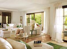 Frescor en blanco y verde.Los colores del sur: el blanco de las paredes encaladas y el verde del paisaje. Con ellos, los propietarios de esta casa decoraron un salón que parece una continuación del jardín, de ahí el suelo, también de barro.
