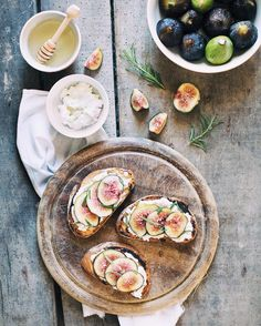 Figs, ricotta, rosemary and honey bruschetta. This made my day 🍯 Have a fantastic afternoon!