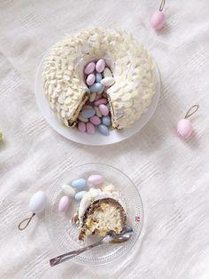 Easter nest cake with mango-quark filling.   //  Pääsiäisen keikauskakku rukiisella kuorella ja tuoreella mangolla ja rahkatäyttteellä.