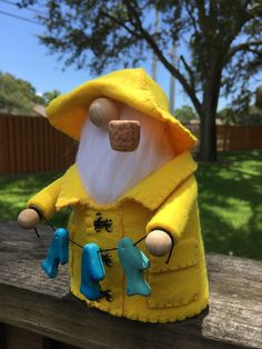 New England Fisherman Gnome This gnome is proud to show his catches. He is dressed in traditional yellow slicker and hat. Cute Crafts, Diy Crafts To Sell, Holiday Crafts, Christmas Gnome, Christmas Knitting, Gnome 4, Red Mittens, Scandinavian Gnomes, Sock Animals