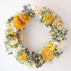オレンジやライム、アジサイやアキレアなどをあしらったドライフラワーのリースです。 今にも、香りがしてきそうなフレッシュなリースです!ギフトやウェルカムリースにいかがですか?リースは古来よりその丸い形から、 始まりも終わりもない「永遠」を象徴し 「幸せ」を運ぶものとされてきました。 玄関に飾って、幸せを呼び寄せよう♪新居祝いや卒業祝いなど新しい門出に贈ると喜ばれます。セロハンでのラッピングは、無料で行っております。ご希望の方は、メッセージ下さい。使用花材 秋色アジサイ クラスペディア アキレア ペッパーベリー オレンジ ライム直径:約28cm 高さ:約8cm購入の際の注意点お使いのパソコンによって画面上で見る色味と実際とで異なる場合が御座います。また、受注制作しております。天然の素材を使用していますので、配置などは、素材に合わせて作っております。■ハンドメイドですので、デリケートな商品もございます。 お取扱いには十分お気を付けください。 ■破損、紛失等の配送トラブルの補償義務は負いかねますのでご了承ください。 →保障・追跡ありの配送方法をご希望の場合は宅急便をお選び下さい。…