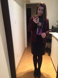 Mistura de estampas no inverno é tendência! Sobrepus o lenço com a camisa. No mais, saia lápis azul marinho, Blazer uva, meia fio 80 e sapato preto. Friozinho delicia!