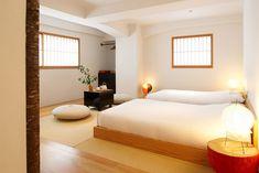 ぶっくりと丸い座布団と、丸いフォルムのスタンドが並び、ほっこりするお部屋です。