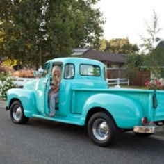 Vintage Trucks Would love to have this as my ride! Old Pickup Trucks, Farm Trucks, Classic Chevy Trucks, Classic Cars, Milan Kundera, Dodge, Vintage Soul, Chevy Pickups, Vintage Trucks
