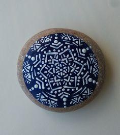 Precioso mandala tribal pintado sobre una piedra de las playas del Mediterráneo. Puede usarse como un objeto de decoración y también para la