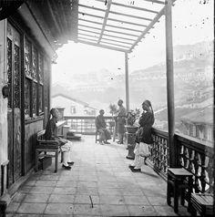 およそ150年前の中国(清朝)を撮影したモノクロ・ビンテージ写真 > 喫茶店のベランダ(香港、1868年〜1871年)