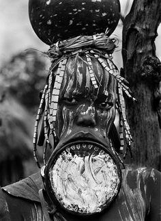 """Sebastião Salgado - No Vale do Omo, na Etiópia, uma pessoa é fotografada com uma espécie de alargador nos lábios para o livro """"Gênesis"""