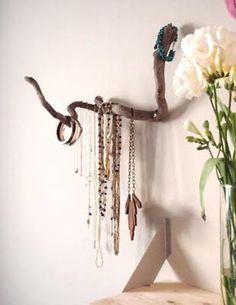 Galho fixo na parede serve de porta bijus