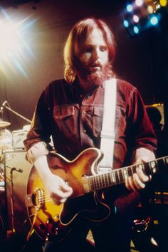 Carl Wilson of American rock band The Beach Boys perform on stage, late Wilson Brothers, Carl Wilson, Mike Love, The Beach Boys, Rock Legends, Rock Bands, Character Inspiration, Masters, Aesthetics