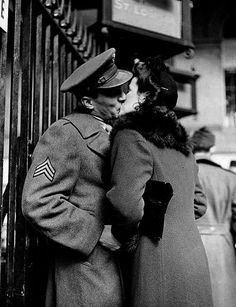 These beautiful photos by Alfred Eisenstaedt show couples sharing a last kiss before the soldiers departed for war, at Penn Station in Romance Vintage, Vintage Kiss, Vintage Love, Vintage Men, The Kiss, Vintage Photographs, Vintage Photos, Couples Vintage, Ansel Adams