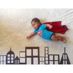Best baby photoshoot ideas at home Newborn Baby Photography, Newborn Baby Photos, Newborn Pictures, Baby Boy Newborn, Bebe Superman, Superman Baby, Baby Kalender, Fotografia Tutorial, Monthly Baby Photos