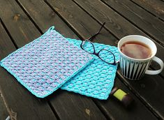 Anette L syr och skapar: Beskrivning tvåfärgade grytlappar Picnic Blanket, Outdoor Blanket, Crochet Potholders, Diy Projects To Try, Pot Holders, Crochet Patterns, Homemade, Knitting, Fabric