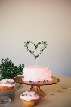 DIY // Valentine's Day Cake Topper using thyme / Oh le beau coeur fait avec du thym frais, bonne idée!