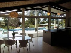 I love the indoor to outdoor flow of this mid-century modern home.
