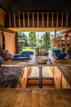 LIFEforFIVE-Wohnmobil-Ausbau-Blick auf einen gedeckten Tisch aus Holz.