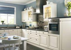 weiße Küche und blaue Wand stehen im Einklang