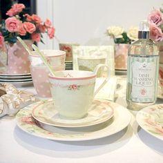 Finalizar o dia de trabalho com uma xícara de chá bem gostosa e quentinha servida na louça da GreenGate. Quem não gosta? ❤ Essa da foto é da coleção Amelie White, uma as nossas preferidas. (47) 2105-9977 #truefriends #greengate #greengatelovers #mygreengatemoment #louça #porcelana #decoração #decor #mesa #mesaposta #vestiramesa #pastel #vintage