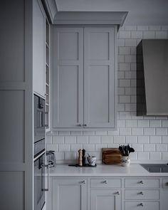 Mudroom Cabinets, Kitchen Cabinets, Grey Kitchens, Cool Kitchens, New Kitchen, Kitchen Dining, Small Villa, Cocinas Kitchen, Beautiful Interior Design