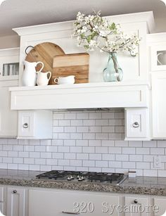 Trendy Spring Kitchen Decor Above Cabinets Ideas Modern Farmhouse Kitchens, Farmhouse Kitchen Decor, Kitchen Redo, New Kitchen, Home Kitchens, Kitchen Remodel, Kitchen Dining, Kitchen Ideas, Country Farmhouse