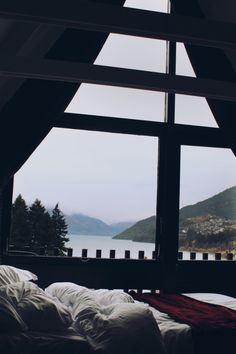 resting area bed with window view of lake, mountains, and trees. Window View, Cozy Room, Cabins In The Woods, House Goals, My Dream Home, Dream Homes, Future House, Beautiful Places, Beautiful Pictures