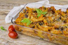 Pasta al forno con melanzane e mozzarella un primo piatto dai sapori mediterranei molto semplice e che piacerà a tutti, grandi e piccini.