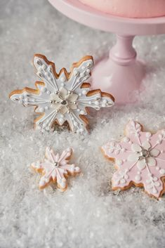 12 intricately iced pastel snowflakes embellished with silver dragees, royal icing and pearlescent shimmer. Made of vanilla cookie dough, each biscuit is covered with either pastel blue, pink or ivory sugar paste. Presented in a luxury pink window box wit