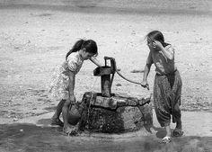 Tulumbada testi dolduran kızlar, Anadolu'da bir köy 1973..