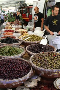 Olives at the Italian Market on the side along with italian salads Italian Salad, Italian Olives, Voyage Rome, Street Food Market, Italian Market, Italian Lifestyle, Turin, Italian Style, Sicily
