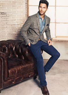 Acheter la tenue sur Lookastic: https://lookastic.fr/mode-homme/tenues/blazer-chemise-en-jean-pantalon-chino-chaussures-brogues--ceinture/4969 — Chemise en jean bleu — Pochette de costume bleu marine — Blazer en laine gris — Ceinture en cuir brun — Pantalon chino bleu marine — Chaussures brogues en cuir brunes foncées