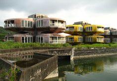 Nie bewohnt: Die UFO-Häuser von San Zhi. 1978 begann der Bau der Feriensiedlung in Taiwan. (Foto: Rob Tek / Stadtbauwelt)