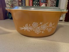 Vintage Pyrex Butterfly Gold Casserole dish with lid Pyrex Vintage, Corningware Vintage, Vintage Dishware, Vintage Plates, Vintage Dishes, Vintage Kitchen, Pyrex Mixing Bowls, Pyrex Bowls, Plywood Furniture