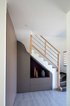 Custom-made Closet in a Staircase with a niche – more photos on the Compagnie des Ateliers website Source by Stair Shelves, Staircase Storage, Staircase Makeover, Stair Storage, Staircase Design, Diy Understairs Storage, Sweet Home Design, Under Stairs Cupboard, Stair Decor