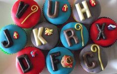 cupcakes with chocolate letters. Baking Cupcakes, Cupcake Cookies, Cupcake Toppers, Winter Holidays, Happy Holidays, Cubs Cake, Chocolate Letters, Dutch Recipes, Baking Cups