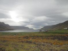 Islande: jour de pluie et vent à Gilsfjordur. Montée par la route 590 au fond du fjord GILSFJORDUR menant à travers les montagnes à KOLLAFJORDUR.