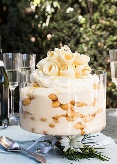 limoncello sponge finger trifle is a crowd pleaser - H. Coetzee -This limoncello sponge finger trifle is a crowd pleaser - H. Köstliche Desserts, Delicious Desserts, Dessert Recipes, Yummy Food, Lunch Recipes, Healthy Desserts, Christmas Cooking, Christmas Desserts, Christmas Trifle