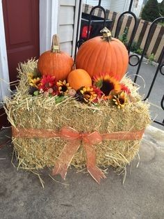 75 Farmhouse Fall Porch Decorating Ideas - Dekorativ im Herbst - Halloween Ideas Pumpkin Decorating, Porch Decorating, Decorating Ideas, Decor Ideas, Holiday Decorating, Home And Deco, Fall Home Decor, Fall Yard Decor, Thanksgiving Decorations Outdoor