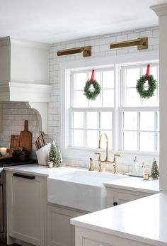 Sharing festive ideas and inspiration for beatiful Christmas Kitchen Decor. Add a little style and cheer to your home for the holiday season. Red Kitchen, Country Kitchen, Kitchen Decor, Kitchen Ideas, Orange Kitchen, Christmas Store, Christmas Kitchen, Christmas 2019, White Christmas