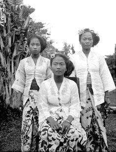 Before 1943 , three daughters of the king of Bebandem, Bali Old Pictures, Old Photos, Vintage Photos, Kings & Queens, Indonesian Women, Daughters Of The King, Three Daughters, Dutch East Indies, Asian History